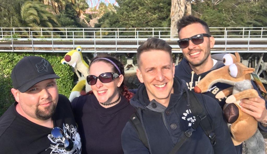 Chantelle y su pareja junto a los chicos de Barcelona a quienes ayudó a formar una familia