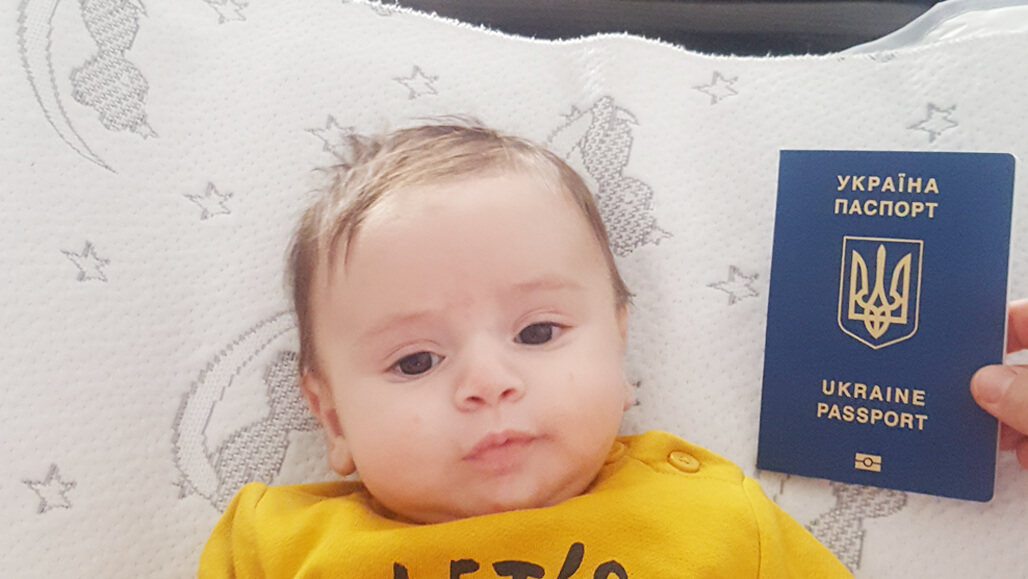 niño gestación subrogada Ucrania pasaporte