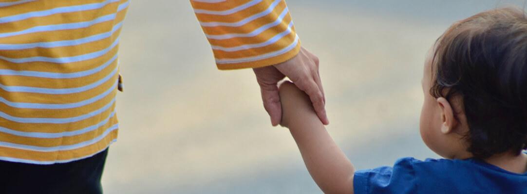 niño de la mano