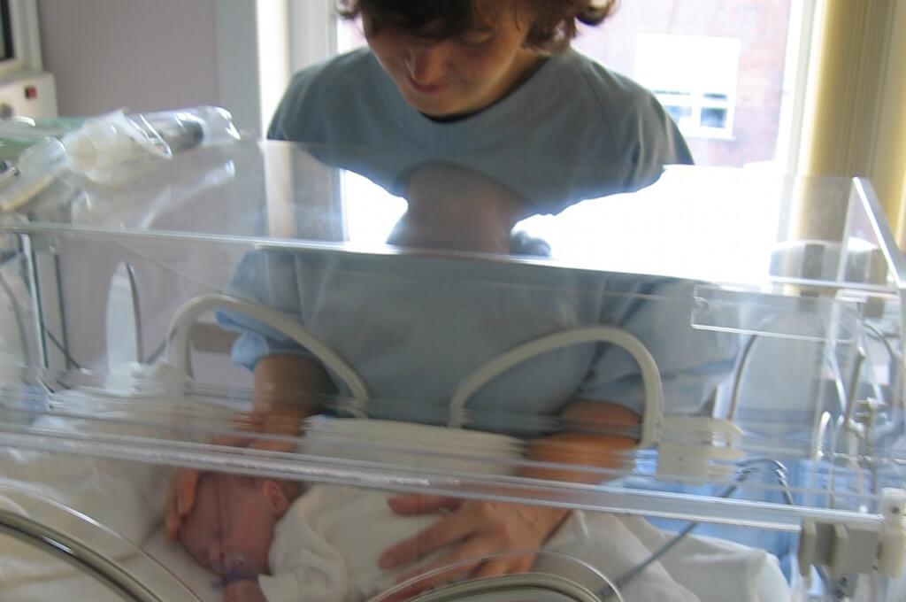 bebe incuvadora madre